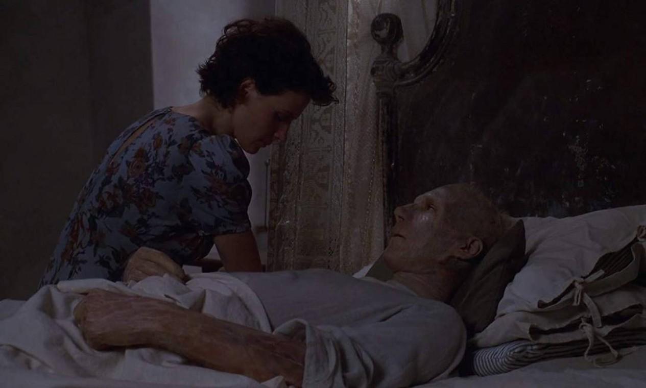 """""""O paciente inglês"""" (1996): A trama, que faturou nove de 12 indicações, narra a história de um desconhecido (Ralph Fiennes) que, no final da Segunda Guerra Mundial, teve queimaduras generalizadas após seu avião ser abatido. Ele fica conhecido apenas como """"o paciente inglês"""" e acaba recebendo os cuidados de uma enfermeira canadense (Juliette Binoche). Ele começa a relembrar o envolvimento que teve com a mulher de seu melhor amigo. Mas, apesar de algumas memórias virem, outros fatos não são lembrados. Foto: Divulgação"""