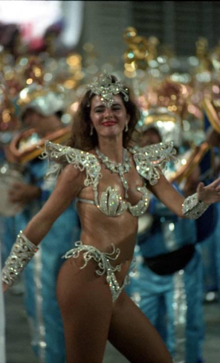 Luma samba em frente à bateria da Tradição no carnval de 1995 Foto: Marcelo Carnaval em 26/02/1995 / Agência O Globo