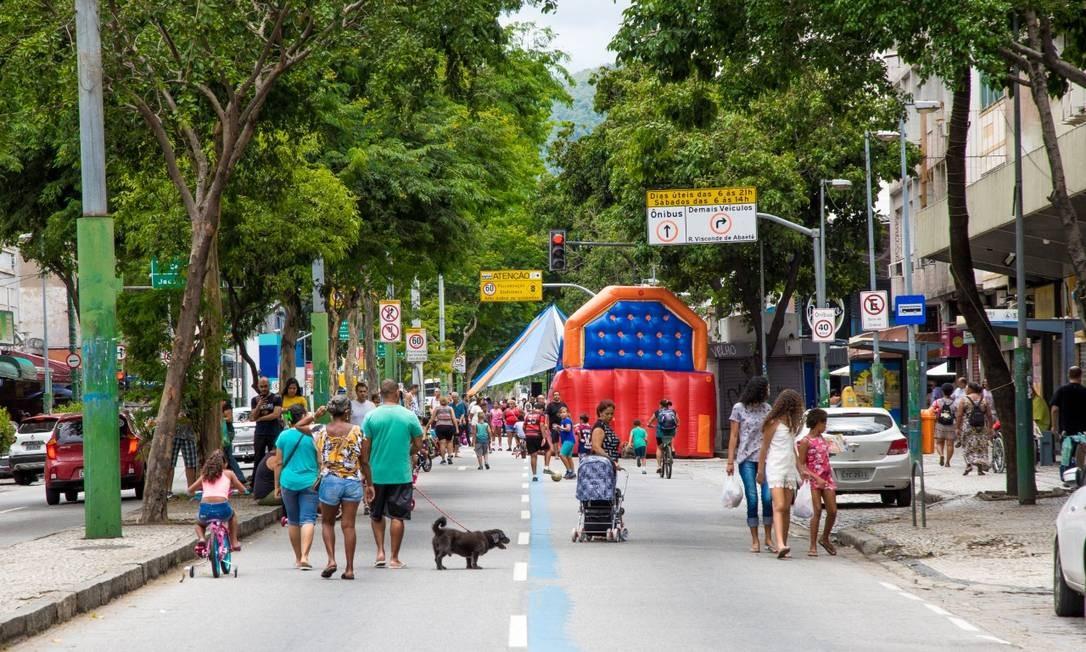 Brinquedo inflável ocupa parte da rua enquanto famílias passeiam com crianças pelo boulevard Foto: Divulgação