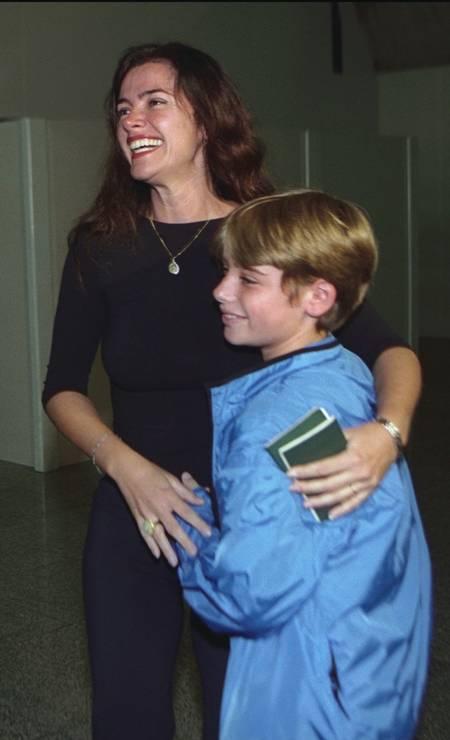 Luma de Oliveira abraça o filho Thor ao chegar de viagem de Nova York logo após o atentado ao WTC, em 15/09/2001 Foto: Marcelo Carnaval / Agência O Globo
