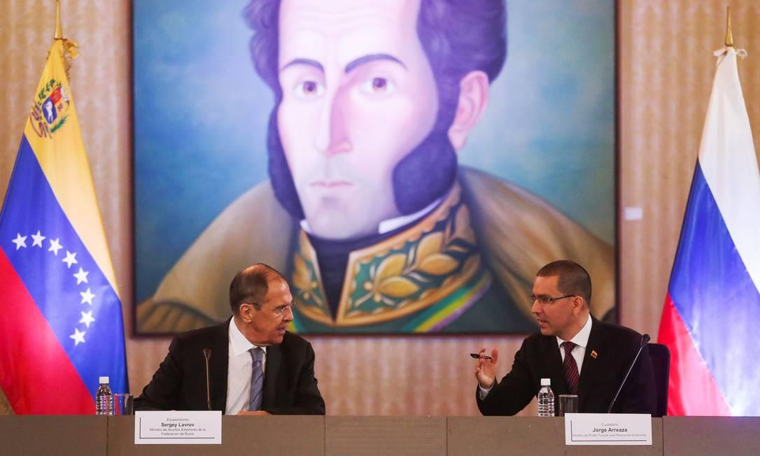 O ministro das Relações Exteriores da Rússia, Sergei Lavrov, conversa com o chanceler venezuelano, Jorge Arreaza Foto: CRISTIAN HERNANDEZ / AFP/7-2-2020
