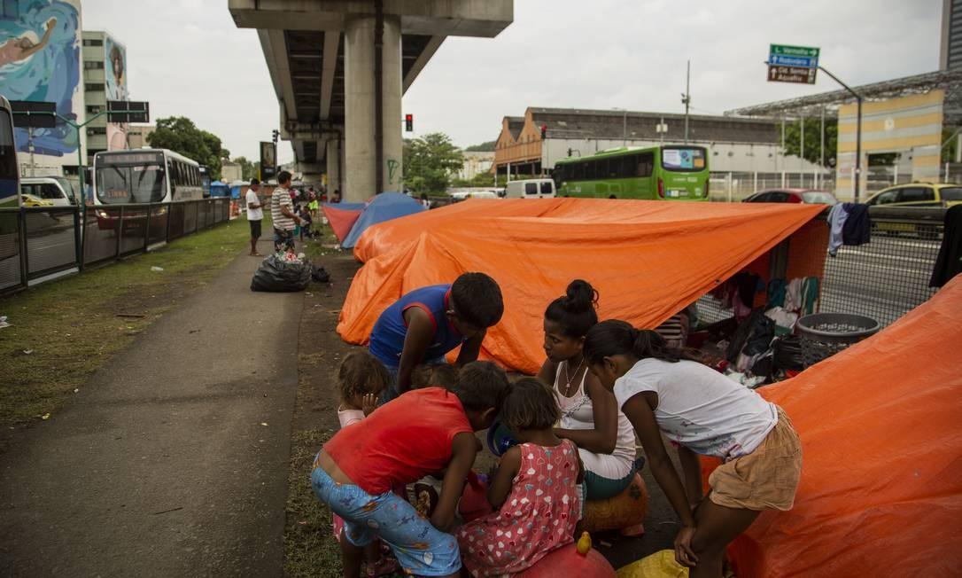 Grupo está no Rio há cerca de um mês. Crise humanitária que atinge a Venezuela desde o governo de Hugo Chávez vem forçando o deslocamento de famílias venezuelanas em busca de novas oportunidades de vida Foto: Gabriel Monteiro / Agência O Globo