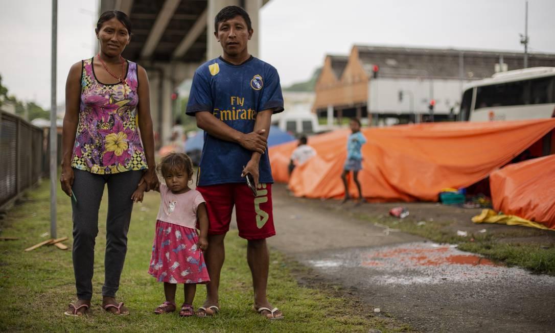 Índios venezuelanos estão acampados há duas semanas a poucos metros da rodoviária Novo Rio Foto: Gabriel Monteiro / Agência O Globo