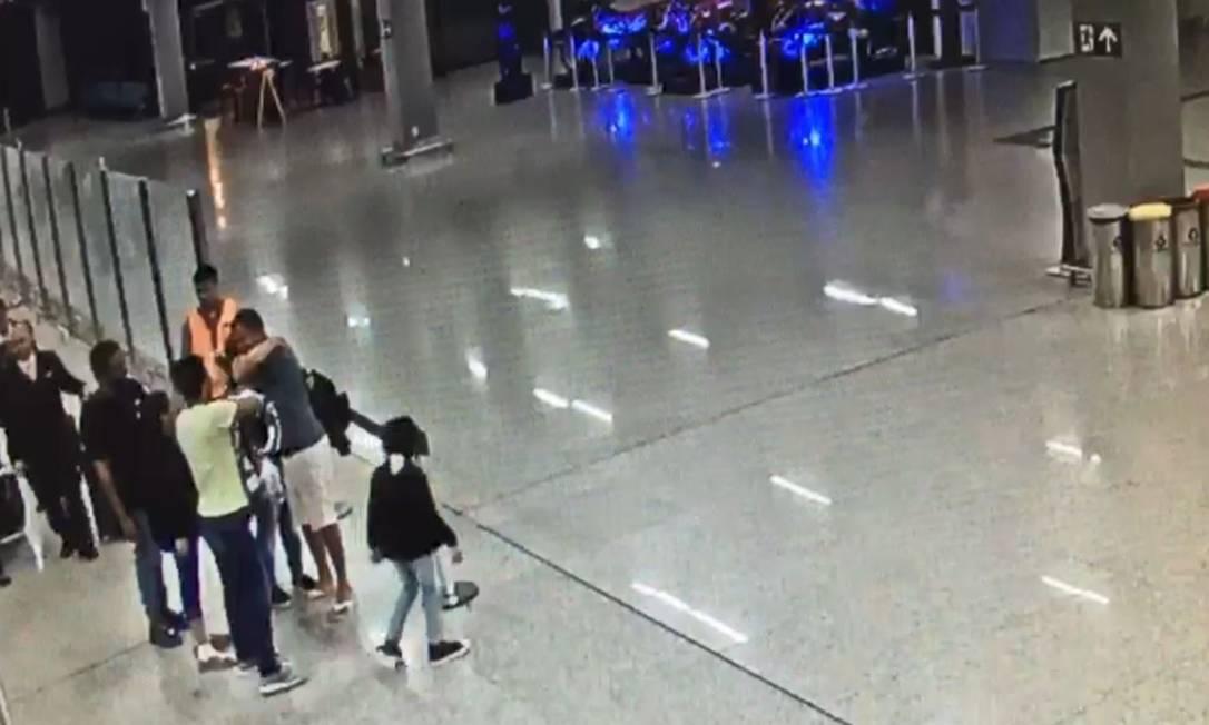 Brasileiros deportados em outubro de 2019 chegam ao aeroporto de Belo Horizonte Foto: Reprodução / .