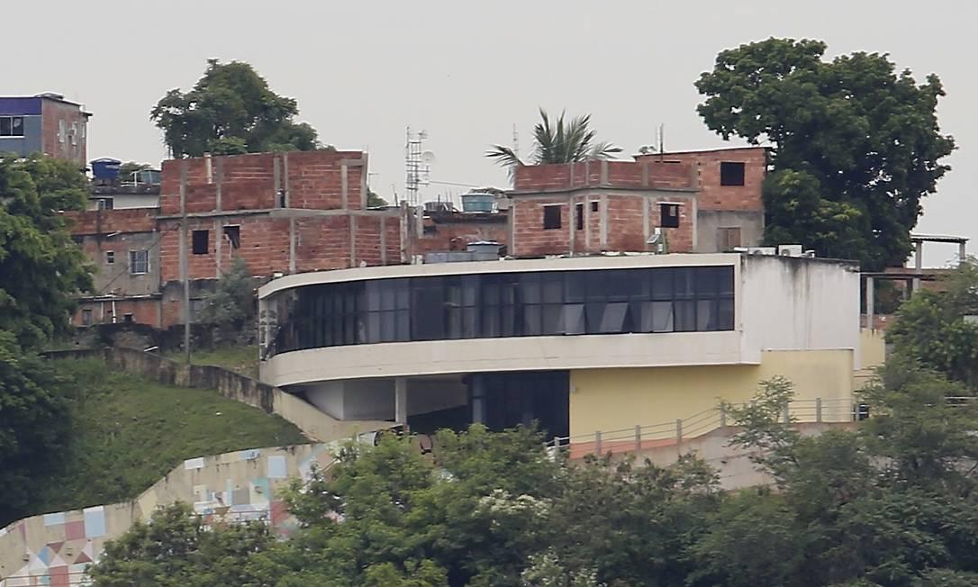 Com até três andares, casas já estão mais altas do que o Maquinho, projetado por Niemeyer. Foto: Guilherme Pinto / Agência O Globo