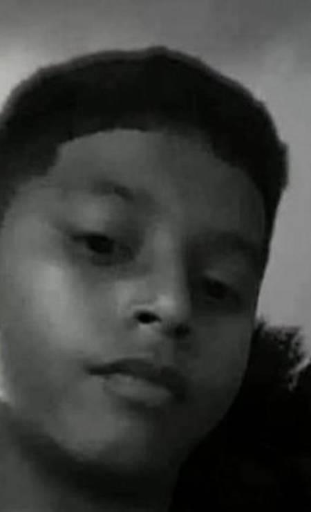 Luiz Antônio da Silva também tinha 14 anos e foi atingido na perna no dia 6 de fevereiro de 2020, na comunidade Vila Ruth, em São João de Meriti, na Baixada. Ele morreu no dia seguinte, uma sexta-feira; na segunda, Luiz, que chegou a morar na rua, seria matriculado numa escola. O adolescente estava em processo de adoção pela dona de casa Tamires Silva, de 23 anos. Os dois saíam do psicólogo quando começou um tiroteio. Tamires diz que PMs se recusaram a socorrer o menino Foto: Reprodução/TV Globo