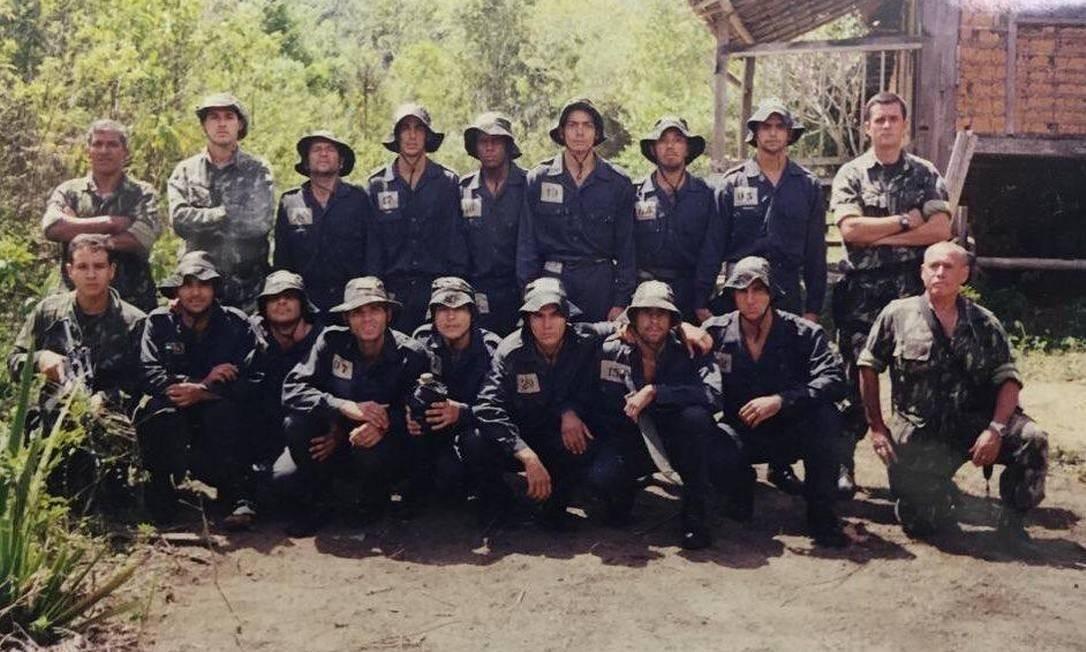 Adriano (o segundo agachado, da direita para a esquerda) na foto de formatura do curso de operações especiais Foto: Reprodução
