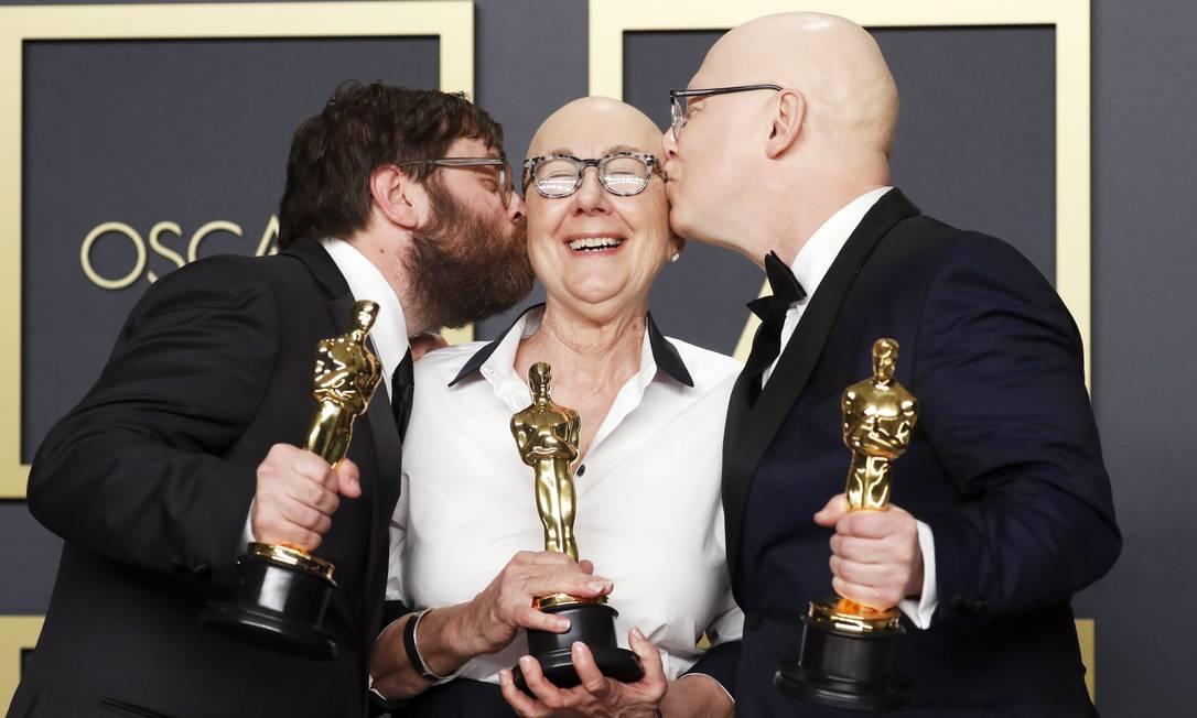 """Da esquerda para direita, o produtor Jeff Reichert e os diretores Julia Reichert e Jeff Reichert que ganharam o Oscar de Melhor Documentário com """"Indústria americana"""" Foto: LUCAS JACKSON / REUTERS"""