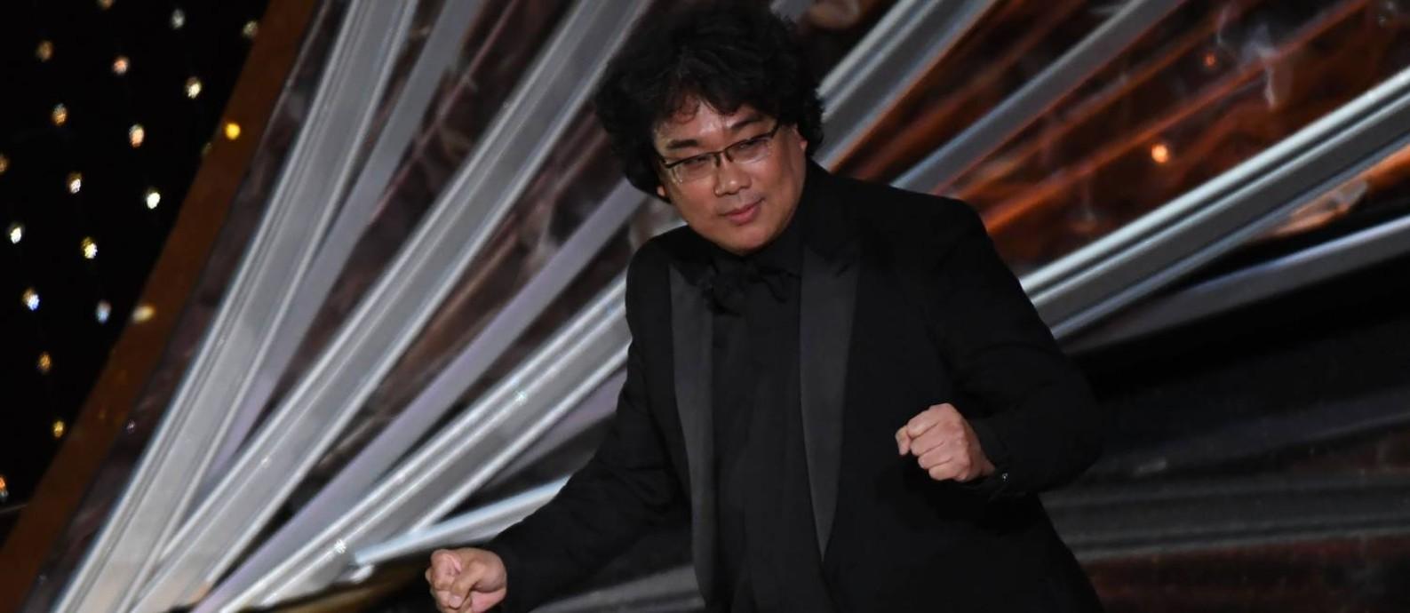 O diretor Bong Joon-ho celebra a vitória de melhor filme de 'Parasita' no Oscar 2020 Foto: MARK RALSTON / AFP