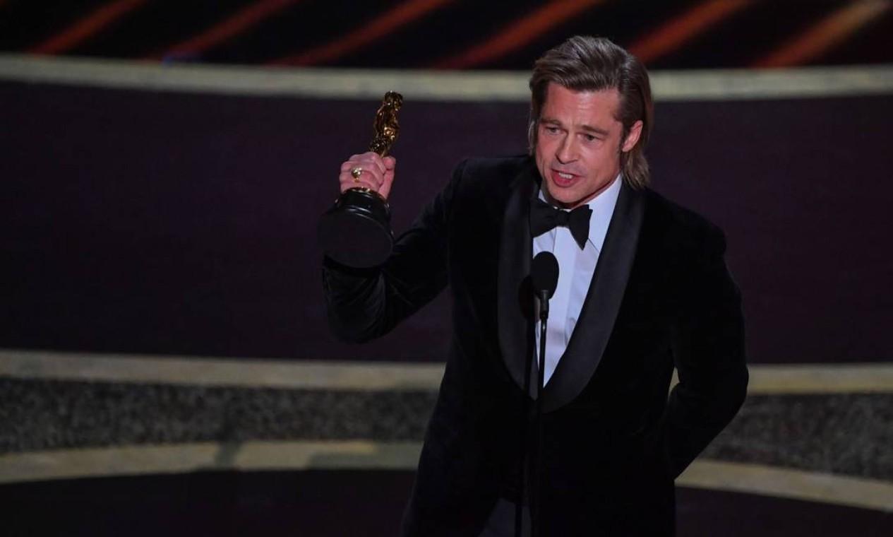 Brad Pitt recebeu seu primeiro Oscar como ator por seu trabalho em 'Era uma vez em… Hollywood' e homenageou seu colega de cena, Leonardo DiCaprio Foto: MARK RALSTON / AFP