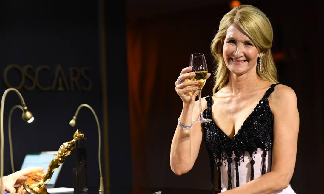 Laura Dern, uma das favoritas da noite, brindando sua estatueta de melhor atriz coadjuvante por 'História de um casamento' Foto: VALERIE MACON / AFP