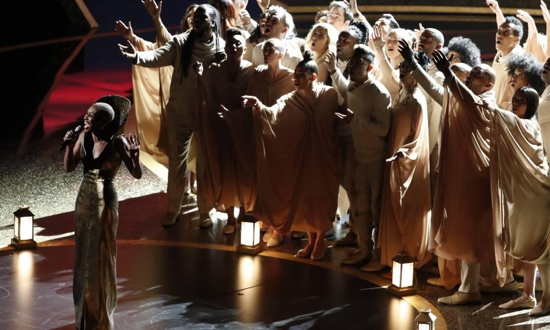 Cynthia Erivo arrebatou o Teatro Dolby cantando 'Stand up', música-tema de 'Harriet', filme por qual estava indicada como melhor atriz Foto: Mario Anzuoni / REUTERS