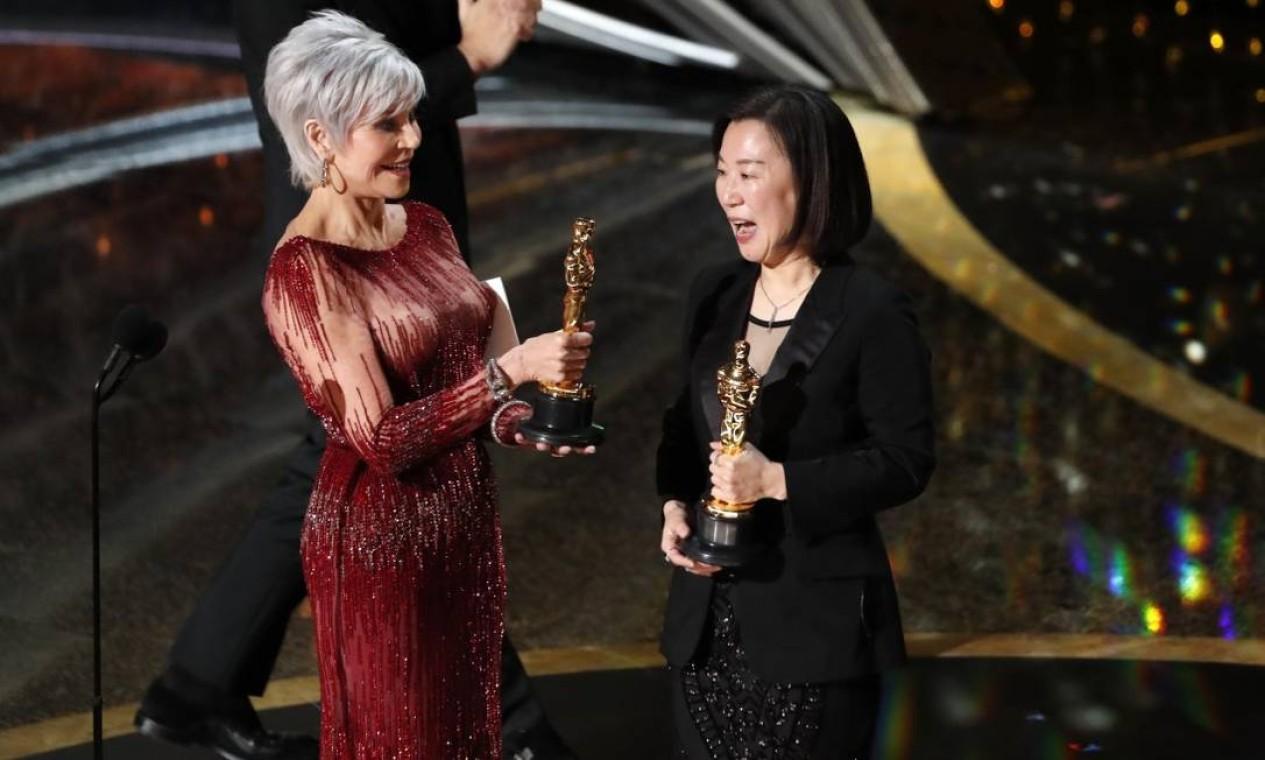 Jane Fonda, que frequentou os noticiários no ano passado por ter sido presa em manifestações políticas, entregou o prêmio mais importante da noite à equipe de 'Parasita' Foto: MARIO ANZUONI / REUTERS