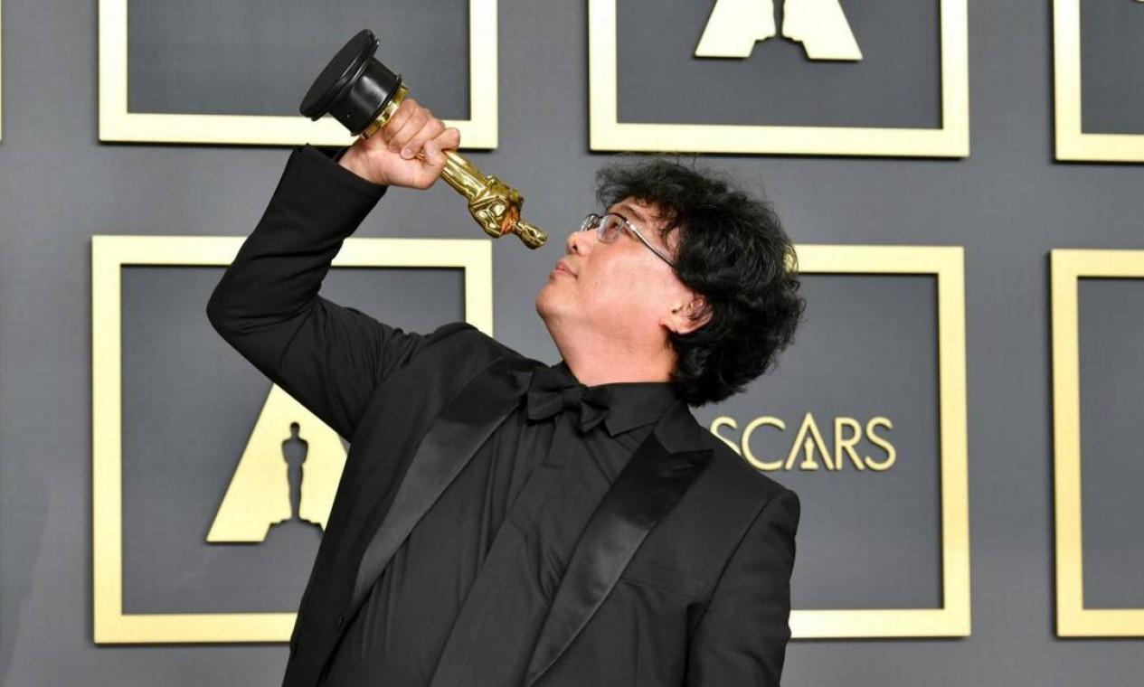 Bong Joon-Ho, visivelmente surpreso diante da consagração de 'Parasita', disse que 'beberia até o dia seguinte' para celebrar Foto: Amy Sussman / AFP