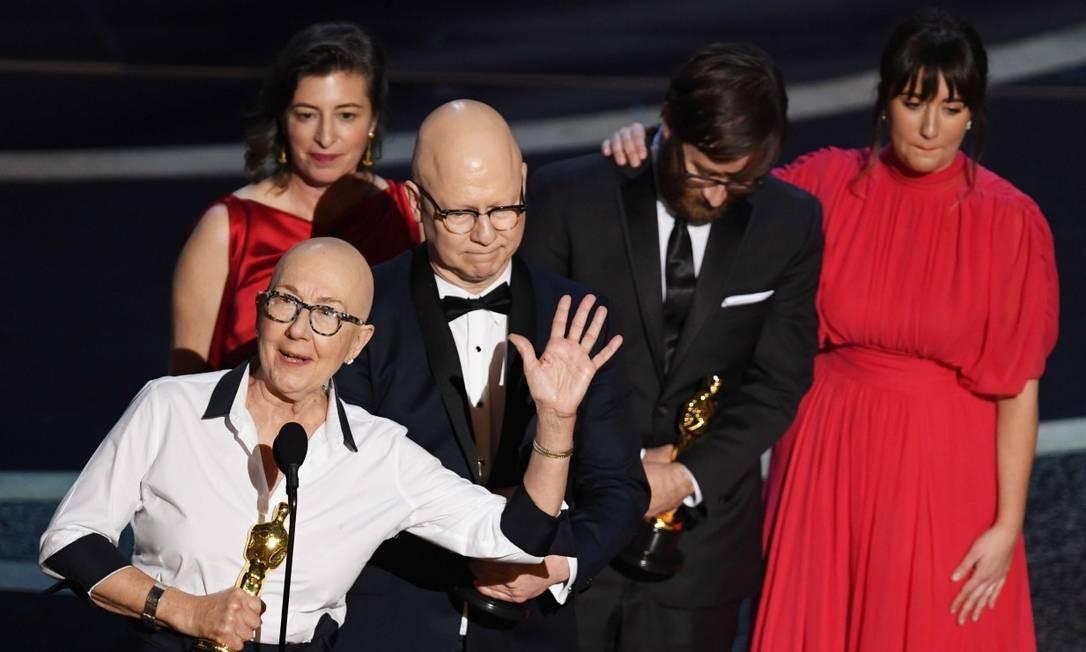 Equipe de 'Indústria americana' recebe o Oscar de melhor documentário Foto: KEVIN WINTER / AFP