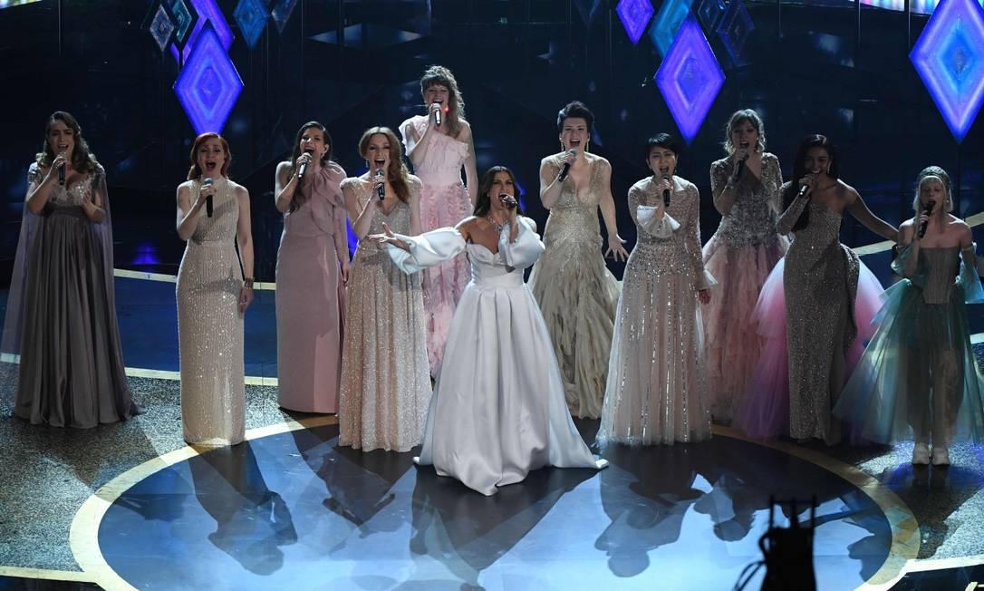 Idina Menzel canta 'In the unknown', de 'Frozen 2', ao lado de cantoras de vários países, responsáveis pelas versões em outros idiomas Foto: MARK RALSTON / AFP