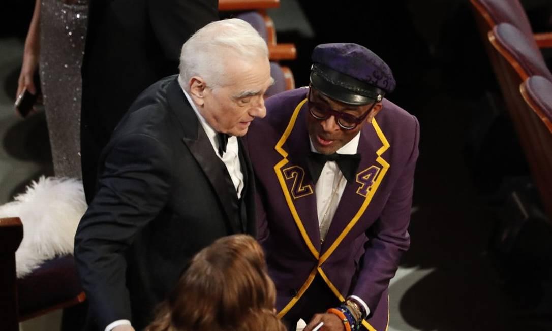 Martin Scorsese, que recebeu aplausos da Academia, motivados pelo discurso de Bong Joon-Ho, ao lado de Spike Lee com sua roupa em homenagem a Kobe Bryant Foto: MARIO ANZUONI / REUTERS