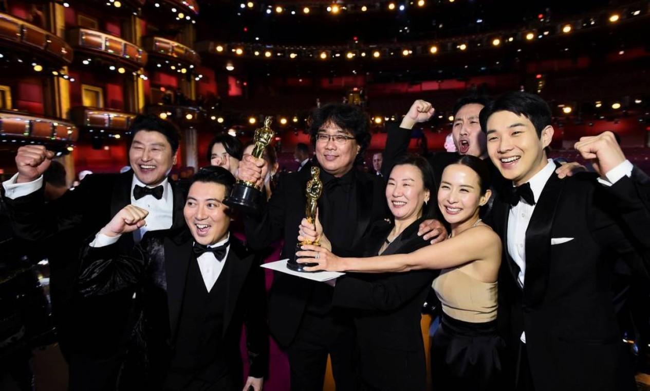 Grandes vencedores da noite, a equipe de 'Parasita' celebrou muito as estatuetas de melhor filme, melhor filme internacional e roteiro original Foto: A.M.P.A.S. / VIA REUTERS