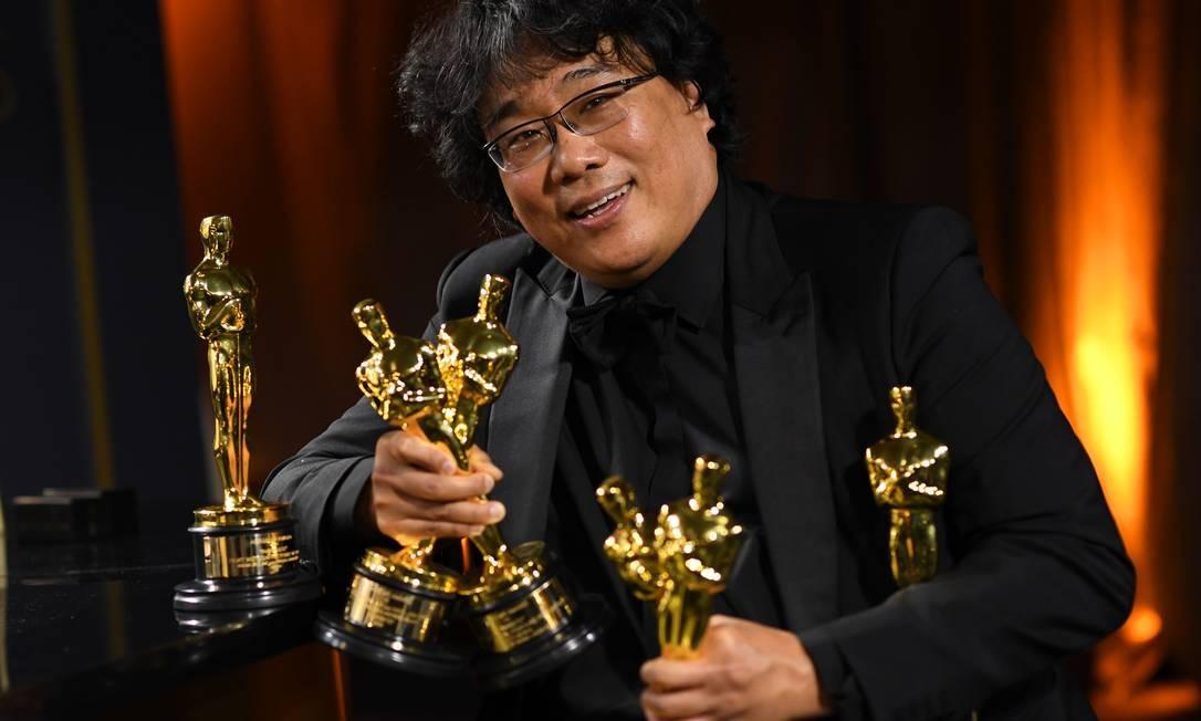 O diretor Bong Joon Ho com os Oscars vencidos por 'Parasita' Foto: VALERIE MACON / AFP