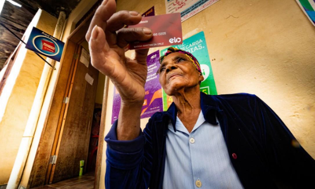 Moradora de Belmiro Braga, a idosa Marina Cruz, de 86 anos, espera na porta de posto bancário para sacar aposentadoria Foto: Roberto Moreyra / Agência O GLOBO