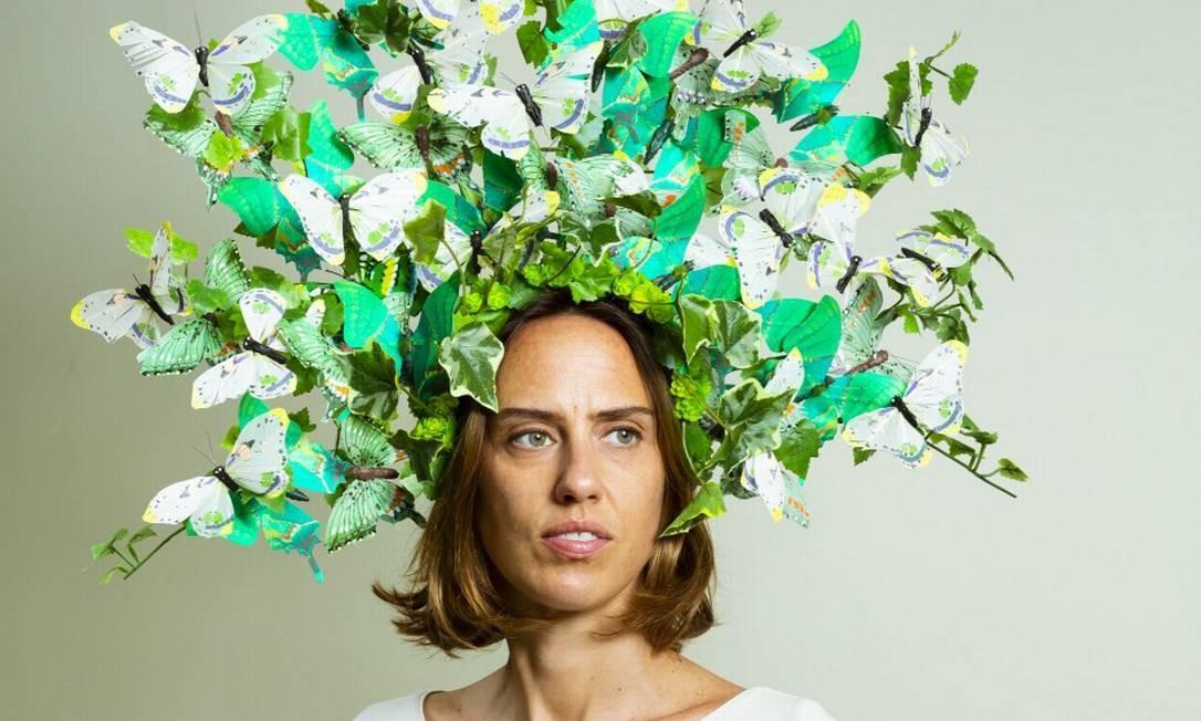 A designer Alexia Hentsch vestindo um de seus acessórios de cabeça Foto: Leo Martins / Agência O Globo