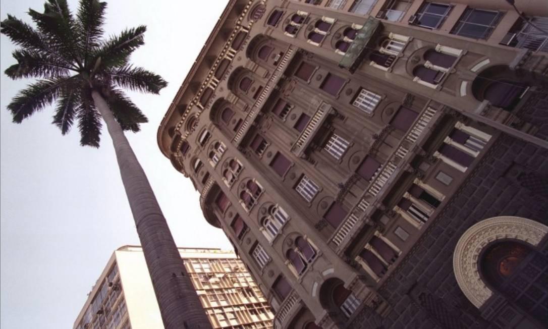 Em estilo eclético, com base de granito, colunas e arcos, a construção de 12 andares foi projetada por Mario Vodret e inaugurada em 1931, numa época em que o Aterro do Flamengo ainda não existia e o chique era viver em casarões. Foto: Arquivo
