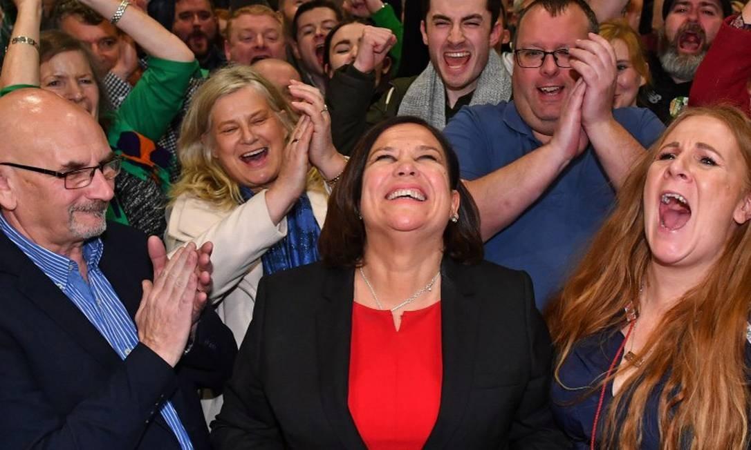 Integrantes do Sinn Féin celebram resultado nas eleições; ao centro, a presidente do partido, Mary Lou McDonald Foto: BEN STANSALL / AFP