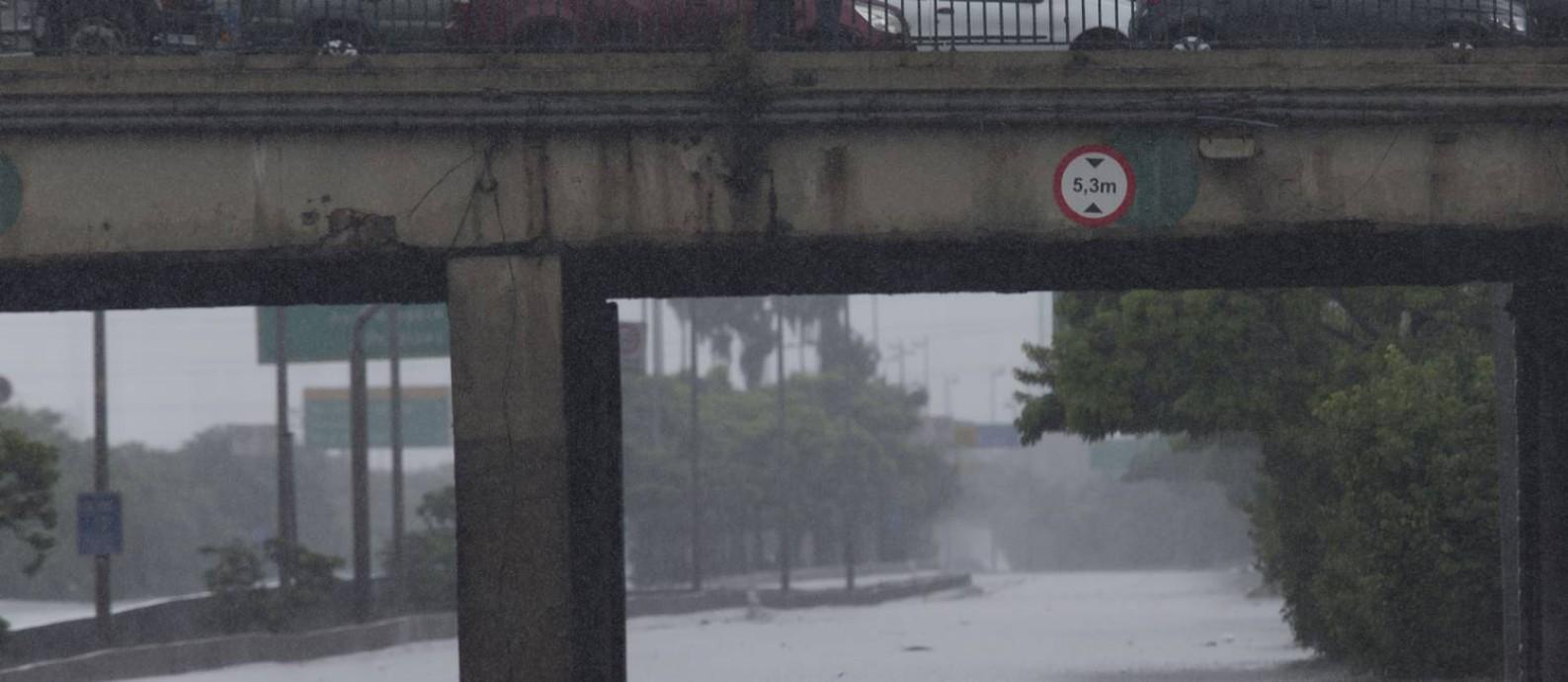 Carro submerge na Marginal Tietê, próximo à Ponte Bandeiras Foto: Edilson Dantas / Agência O Globo