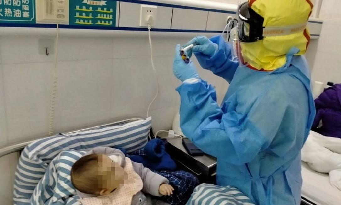 Bebê de sete meses recebe alta após tratamento contra coronavírus na China. Foto: Reprodução / Twitter