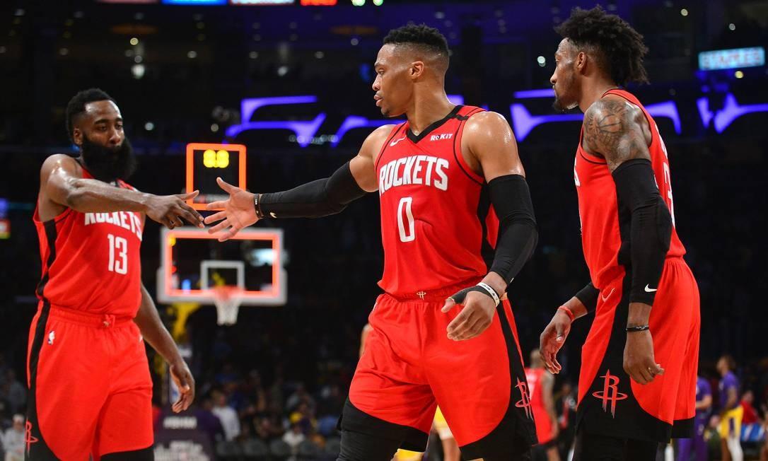 James Harden (1,96m) e Russell Westbrook (1,91m) lideram o Rockets, que passaram a jogar sem um pivô de ofício no ataque Foto: Gary A. Vasquez / USA TODAY Sports