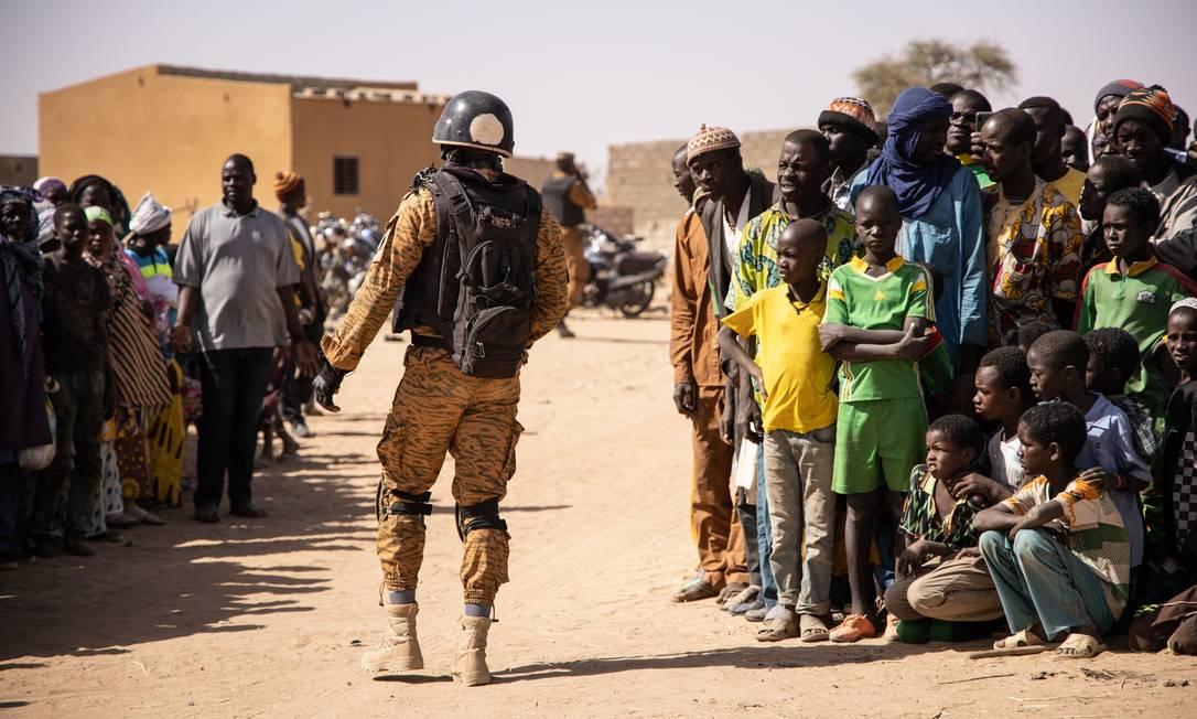 Soldado patrulha campo para deslocados internos em Dori; são pessoas que fugiram de ataques no norte do país Foto: OLYMPIA DE MAISMONT / AFP/2-2-2020