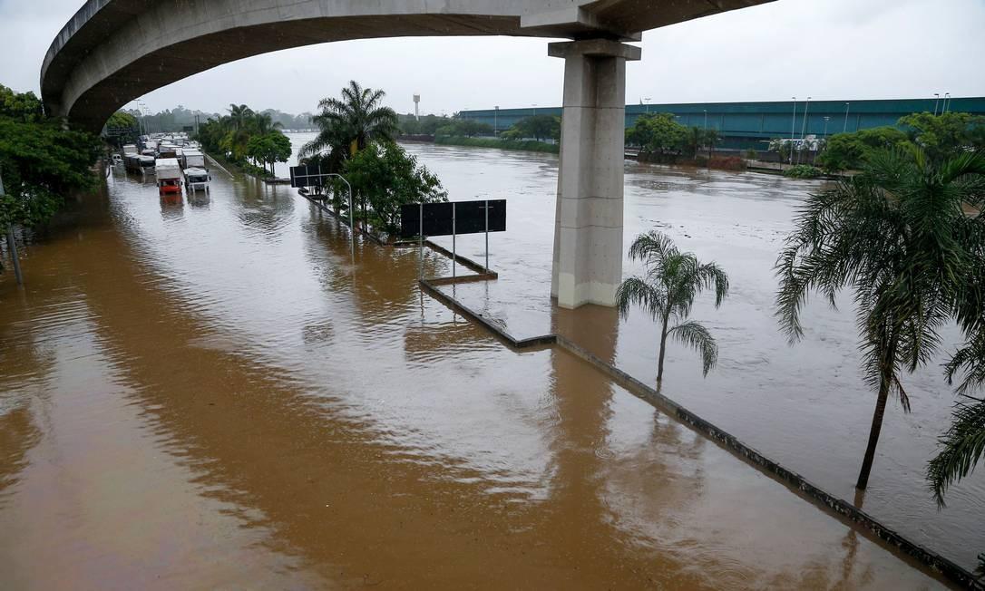 São Paulo começou a semana debaixo d'água Foto: MIGUEL SCHINCARIOL / AFP