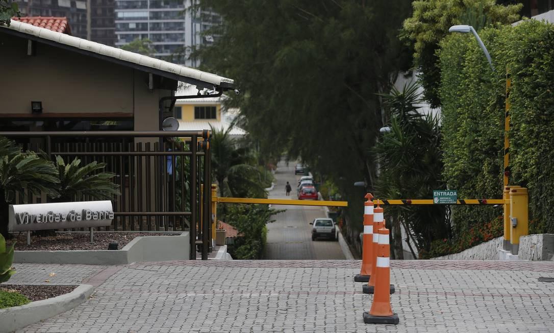 Aentrada do Condomínio Vivendas da Barra, onde morava o PM reformado Ronnie Lessa, que está preso sob acusação de ter atirado em Marielle Foto: Pablo Jacob / Agência O GLOBO