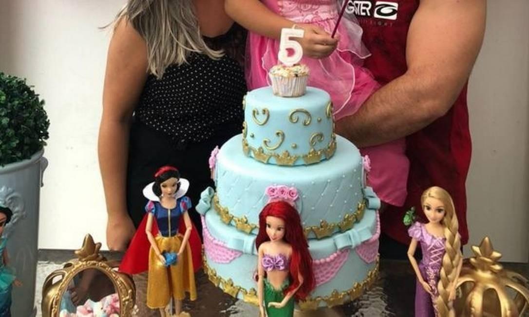 Maria e César durante o aniversário de cinco anos de Luiz: ex-casal foi denunciado por permitir que garoto use roupas femininas Foto: ARQUIVO PESSOAL