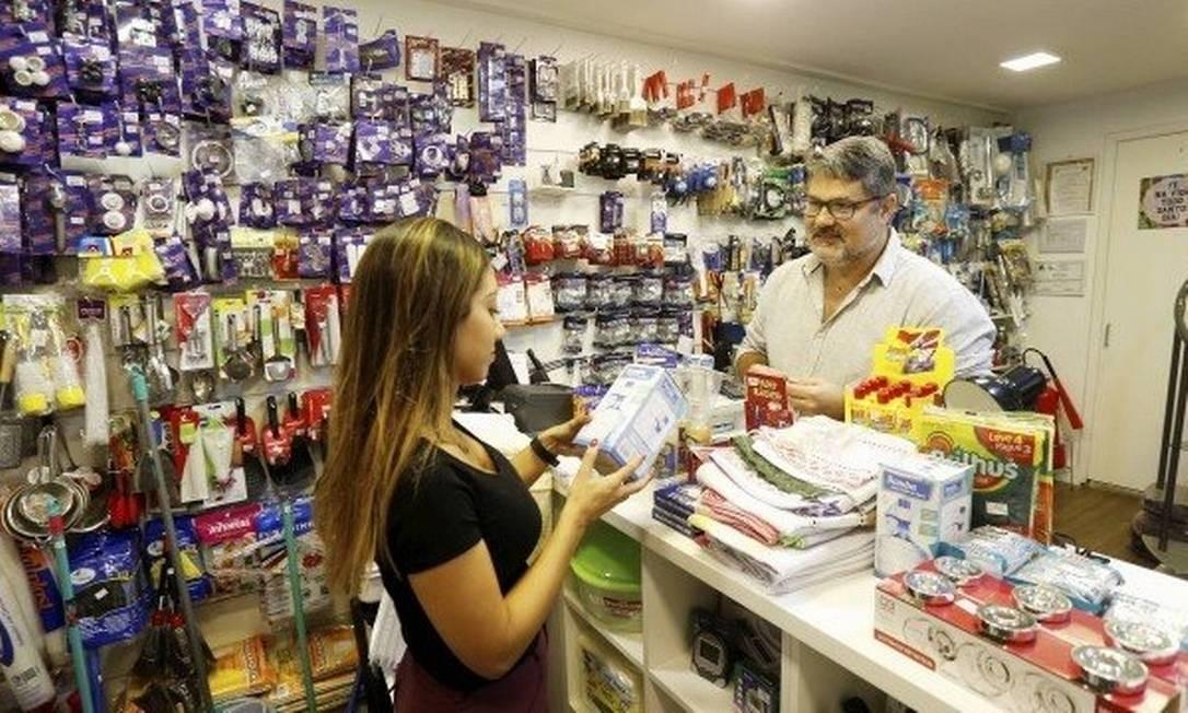 Marcelo Vaz recebe uma cliente em sua loja no Jardim Botânico: antes de se arriscar, ele fez uma pesquisa sobre os moradores da região Foto: Guilherme Pinto - Agência O Globo