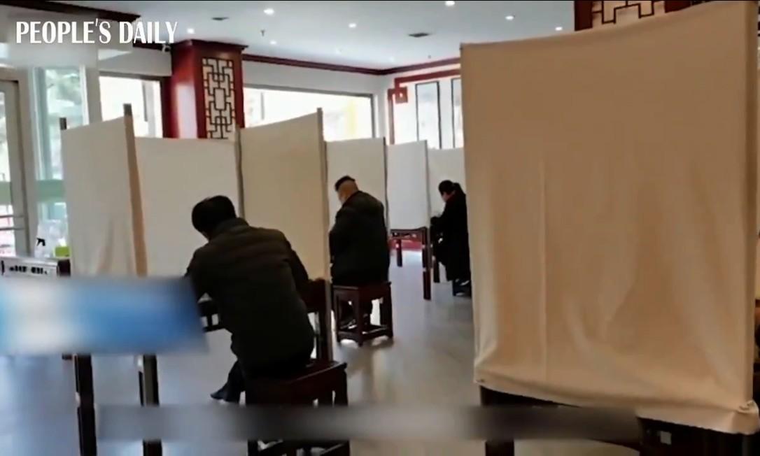 Restaurante de ramen em Gansu cerca mesas individuais. Foto: Reprodução / Twitter