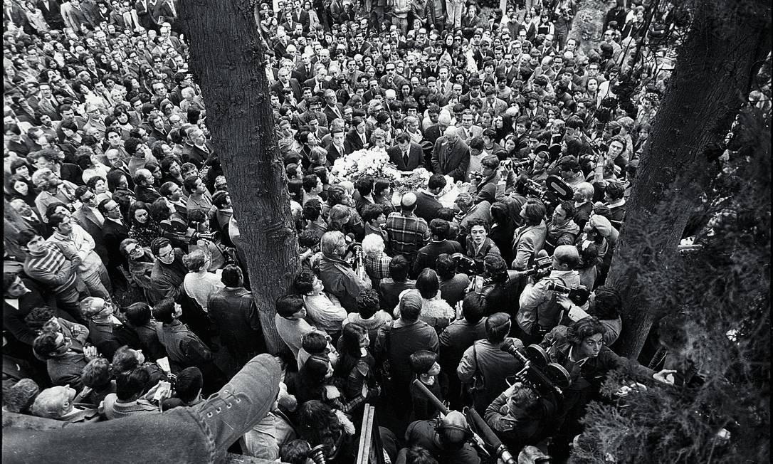 Multidão acompanha enterro do poeta Pablo Neruda, no Cemitério Geral de Santiago, no Chile, em 1973 Foto: Foto de Evandro Teixeira / Acervo IMS / Evandro Teixeira /Acervo IMS