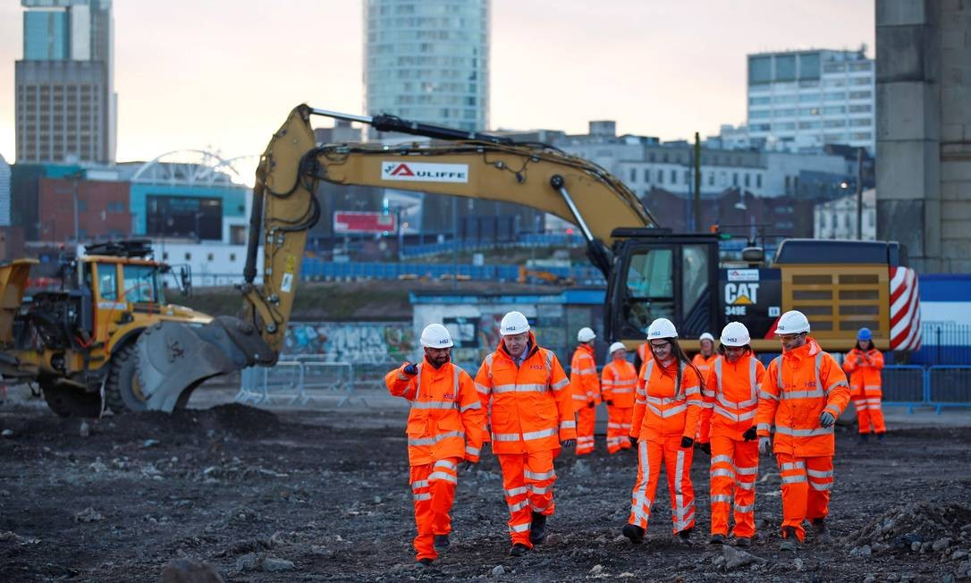 Primeiro-ministro Boris Johnson visita campo de obras da linha HS2 em Birmingham, região central da Inglaterra Foto: EDDIE KEOGH / AFP/ 11-2-2020