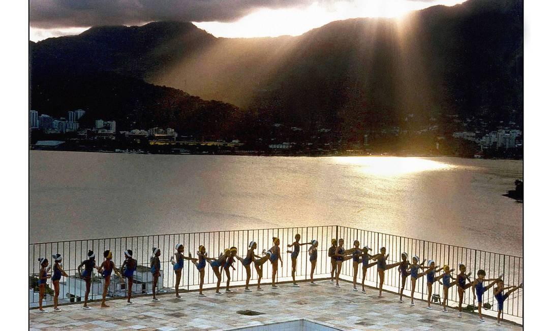 Bailarinas do Cantagalo, no Rio de Janeiro, em 1996 Foto: Evandro Teixeira /Acervo IMS