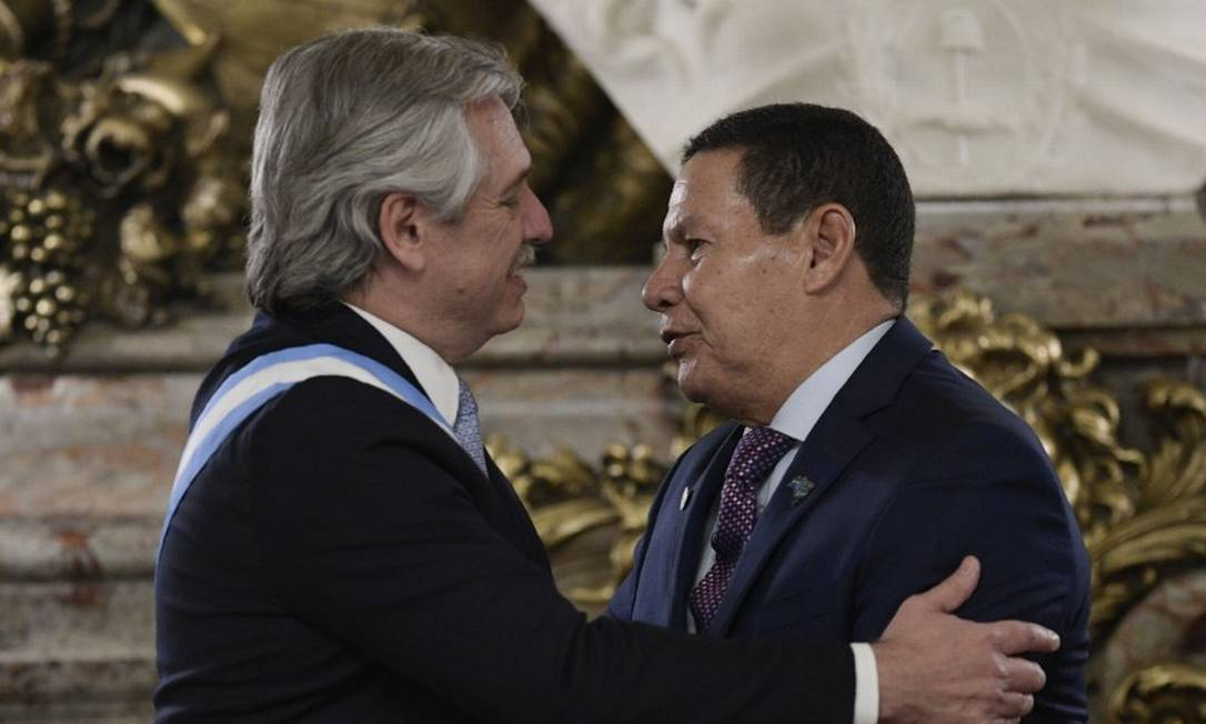 Mourão cumprimenta Fernández na posse do presidente argentino Foto: JUAN MABROMATA / AFP/10-2-2020