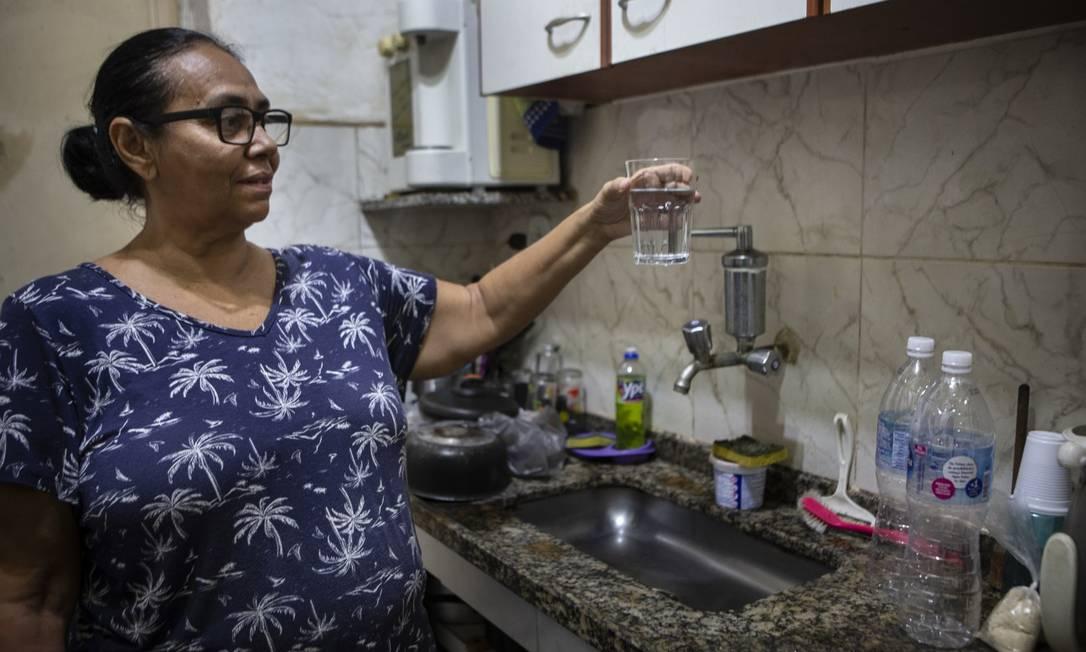 Moradora da Tijuca,Sandra Valéria diz que ainda sente cheiro muito forte na água que sai da bica de casa Foto: Alexandre Cassiano / Agência O GLOBO