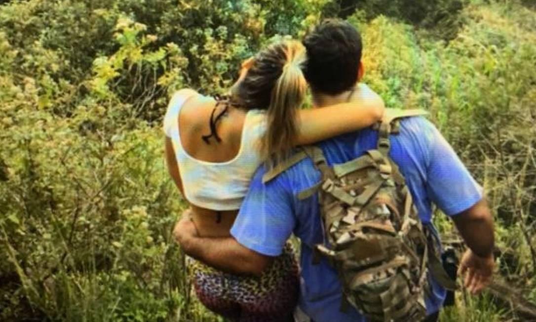 Adriano da Nóbrega, armado, ao lado da namorada Júlia Mello Foto: Reprodução