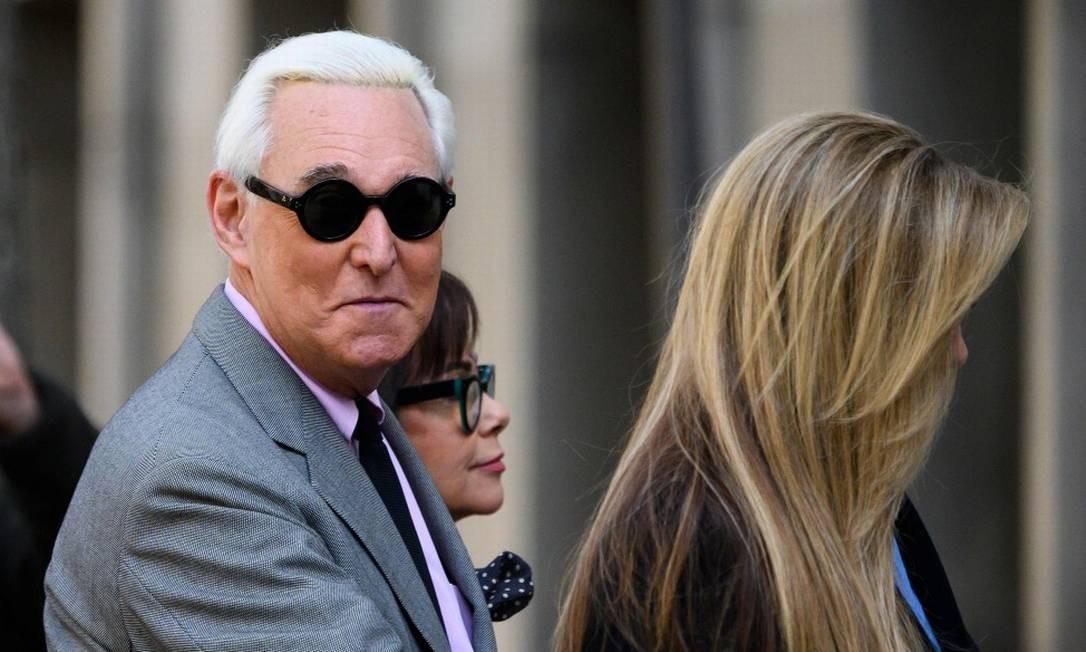 Roger Stone, ao lado de sua mulher Nydia, e de sua filha Adria, chegando ao tribunal Foto: ANDREW CABALLERO-REYNOLDS / AFP / 05-11-2019