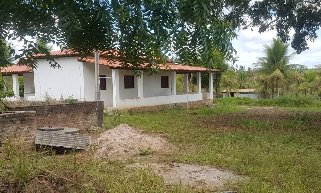 Casa onde Adriano da Nóbrega trocou tiros com a polícia, na Bahia, tem sete janelas e portas na frente e nos funtos Foto: Marcos Nunes