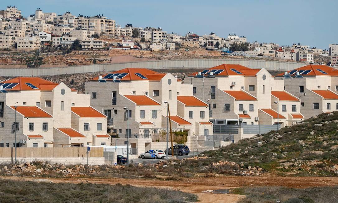 Muro separa o assentamento judeu de Pisgat Zeev (primeiro plano) e área palestina de al-Ram (segundo plano) na Cisjordânia ocupada Foto: AHMAD GHARABLI / AFP/ 27-01-2020