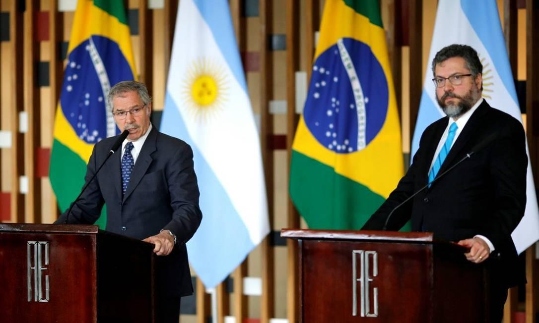 Chanceler argentino Felipe Solá, ao lado do ministro de Relações Exteriores do Brasil, Ernesto Araújo Foto: ADRIANO MACHADO / REUTERS