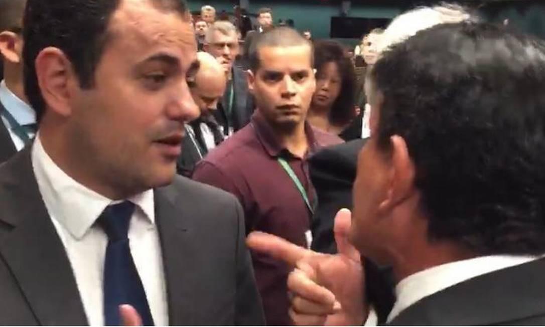 Os parlamentares Glauber Braga (PSOL-RJ) e Delegado Éder Mauro (PSD-PA) discutem durante a sessão Foto: Reprodução
