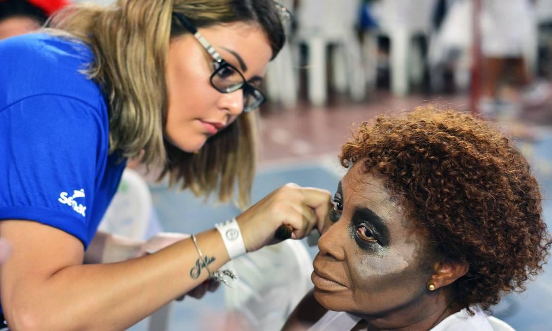 Alunos do Senac-RJ fazem a maquiagem de integrantes da escola de samba carioca Unidos do Viradouro Foto: HELIO MeLo / Divulgação Senac