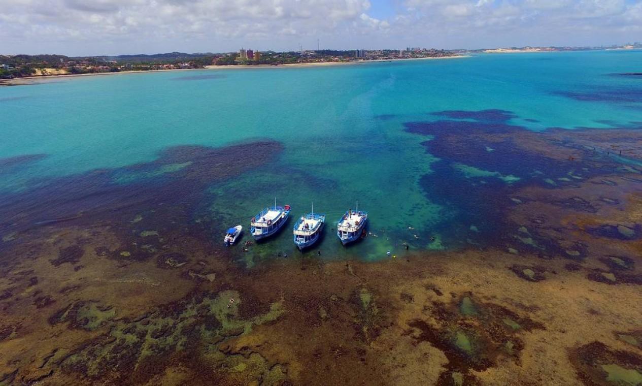 Barcos nos Parrachos de Pirangi, as piscinas naturais de Parnamirim, a mesma cidade do maior cajueiro do mundo Foto: Ministério do Turismo / Divulgação