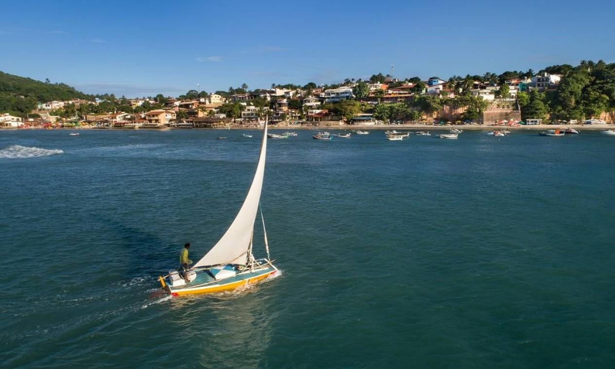 Jangada se aproximando do vilarejo de Pipa, em Tibau do Sul, um dos pontos mais bonitos do litoral do Rio Grande do Norte Foto: Secretaria de Turismo do Rio Grande do Norte / Divulgação